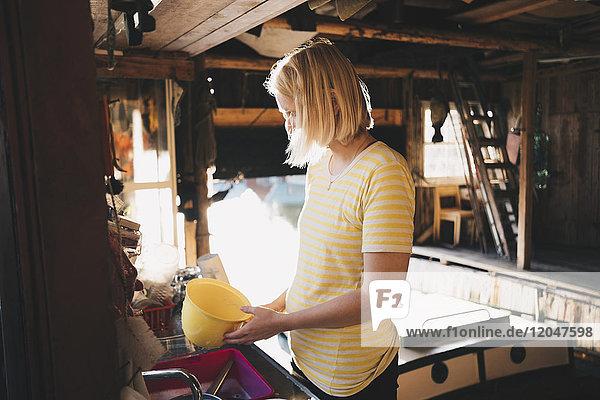 Frauenwaschbehälter in der Küche der Ferienvilla