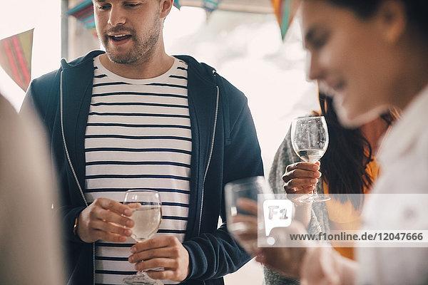 Junge Freunde genießen Party mit Wein zu Hause