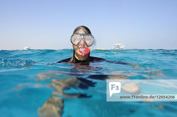 Frau beim Schnorcheln im Meer