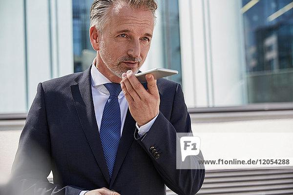 Portrait eines Geschäftsmannes mit dem Handy