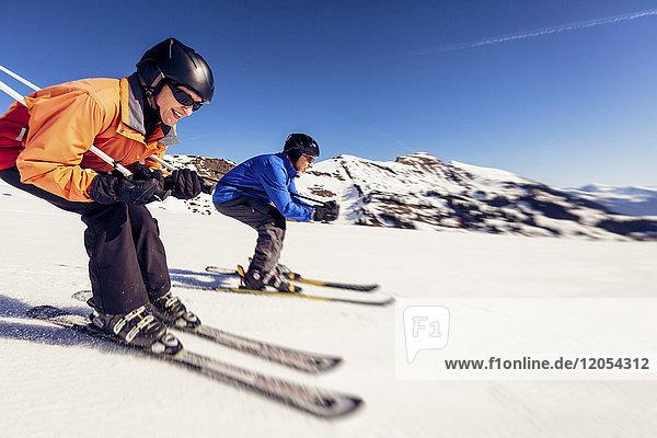 Österreich  Damuels  Frau Skifahren in der Winterlandschaft