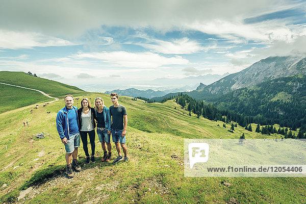 Deutschland  Bayern  Pfronten  Porträt einer glücklichen Familie auf der Alm bei Aggenstein