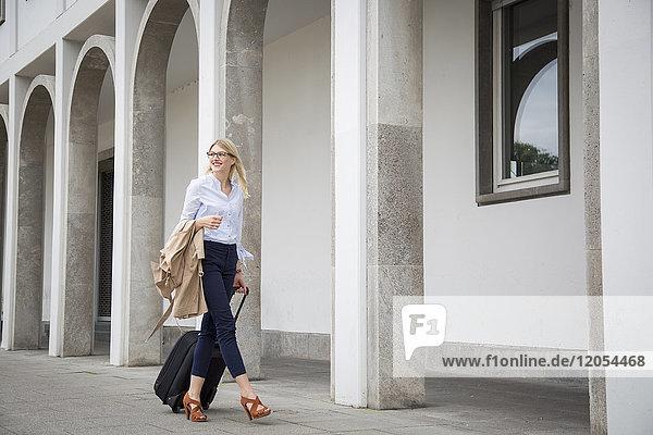 Lächelnde Geschäftsfrau auf Businesstrip