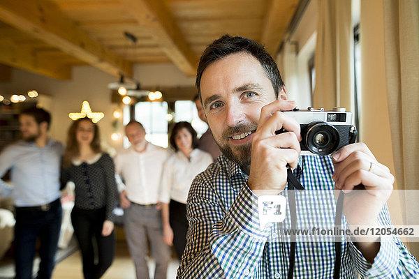 Fotograf mit Familie zu Hause zu Weihnachten