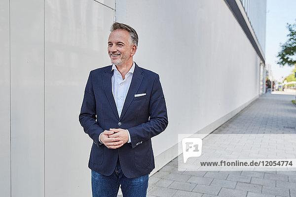 Lächelnder Geschäftsmann auf dem Weg zum Ziel