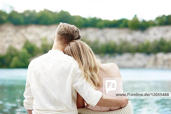 Liebevolles junges Paar am Seeufer