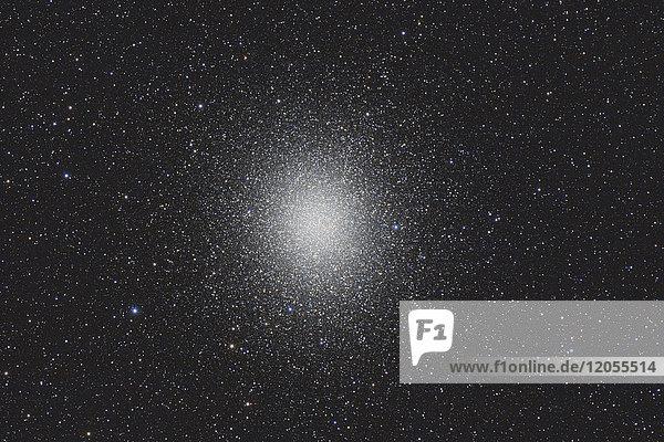 Namibia  Region Khomas  bei Uhlenhorst  Astrofoto des Kugelhaufens Omega Centauri (NGC 5139)  des hellsten und größten Kugelhaufens am Himmel  mit einem Teleskop.