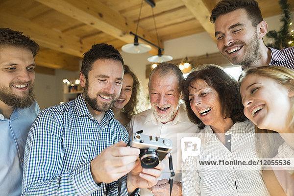 Lachende Familie mit Blick auf die Kamera