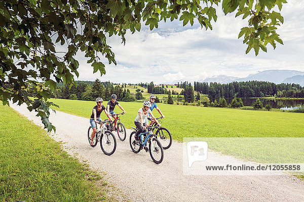 Deutschland  Bayern  Pfronten  Mountainbike fahren mit der Familie am Ladeside