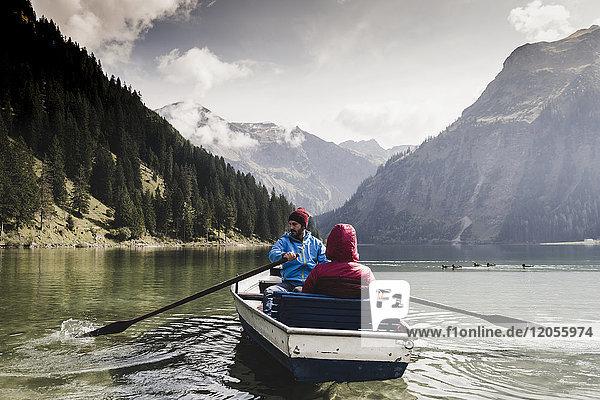 Österreich  Tirol  Alpen  Paar im Ruderboot auf dem Bergsee