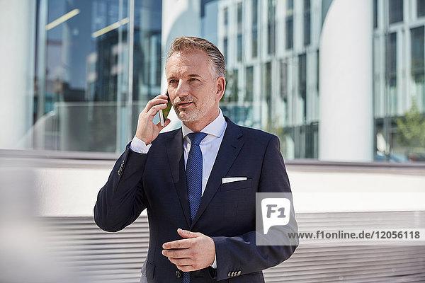 Porträt eines Geschäftsmannes am Telefon