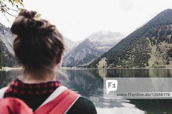 Österreich  Tirol  Alpen  Rückansicht des Wanderers am Bergsee
