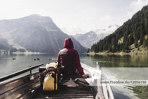 Österreich  Tirol  Alpen  Frau im Boot auf dem Bergsee