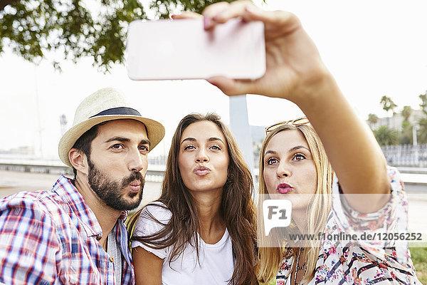 Drei Freunde  die einen Selfie schmollen.