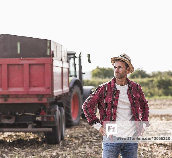 Bauer auf dem Feld stehend