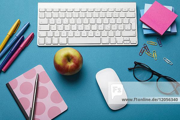 Büroutensilien auf dem Schreibtisch Büroutensilien auf dem Schreibtisch