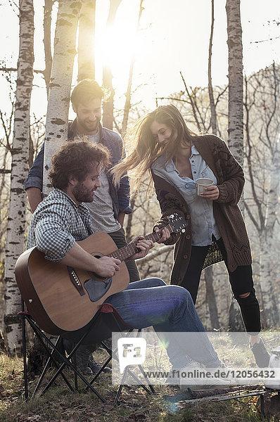 Freunde im Wald mit Gitarrenspielern