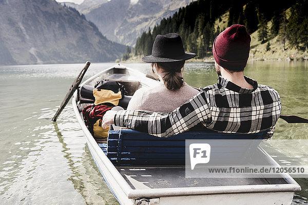 Österreich  Tirol  Alpen  entspanntes Paar im Ruderboot auf dem Bergsee
