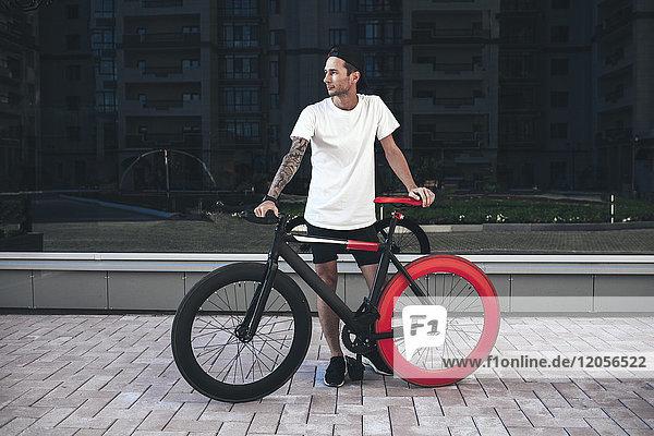 Junger Mann mit Fixie Bike in der Stadt