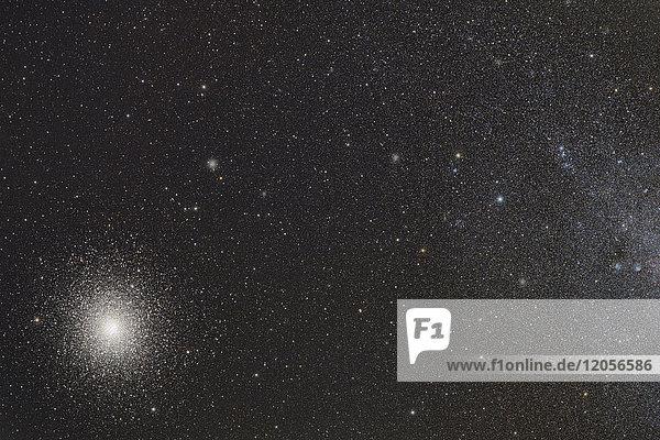 Namibia  Region Khomas  bei Uhlenhorst  Astrofoto des Kugelhaufens 47 Tuc (NGC 104) und seiner benachbarten Spiralgalaxie Small Magellanic Cloud (SMC  NGC 292) mit einem Teleskop