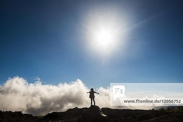Spanien  Teneriffa  Frau auf dem Vulkan El Teide