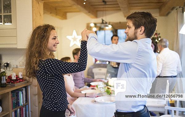 Junges Paar tanzt auf einer Weihnachtsfeier