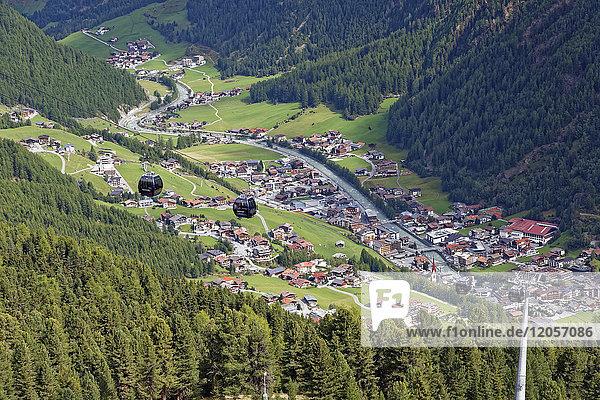 Österreich  Tirol  Ötztal  Blick auf Sölden und Gaislachkogelbahn