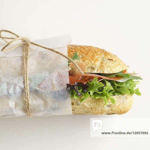 Olivenbaguette mit Salat und Schinken