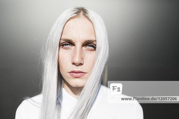 Porträt einer ernsthaften jungen Frau mit gefärbtem Haar