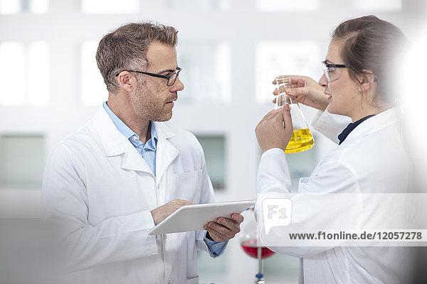 Zwei Wissenschaftler arbeiten im Labor zusammen