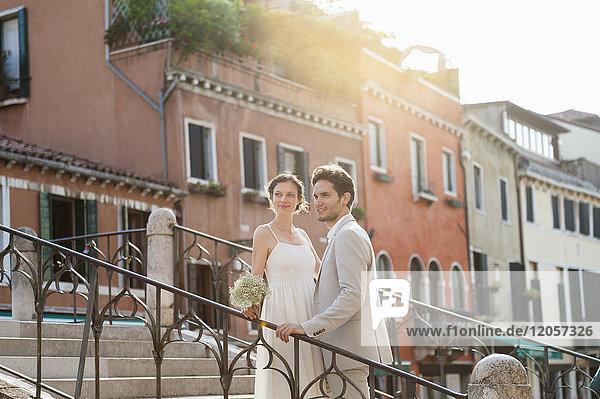 Italien  Venedig  Brautpaar bei Sonnenaufgang auf der Treppe stehend