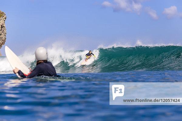Indonesien  Bali  Surferin beobachtet eine andere Frau beim Surfen