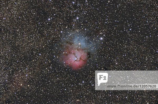Namibia  Region Khomas  bei Uhlenhorst  Astrofoto des Emissions- und Reflexionsnebels Messier 20 oder Trifidnebel mit Teleskop