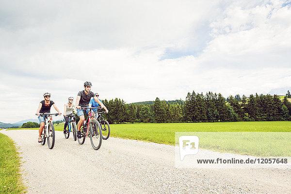 Deutschland  Bayern  Pfronten  Mountainbike-Familienfahrten auf dem Land