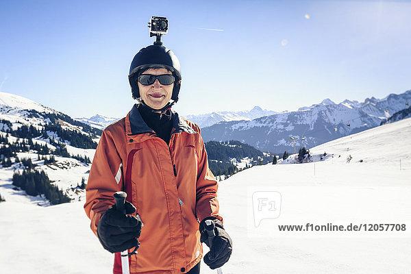 Österreich  Damuels  Skifahrer mit Action-Cam in Winterlandschaft