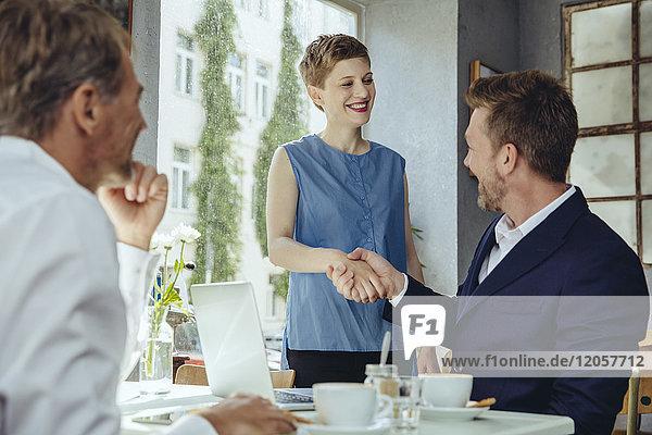 Geschäftsleute treffen sich in einem Cafe