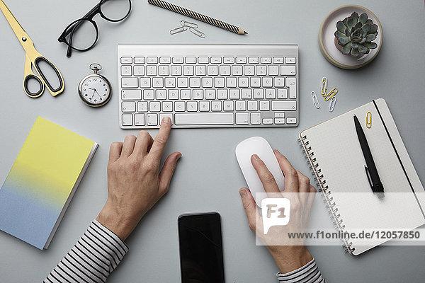 Draufsicht der Frau mit Computer auf dem Schreibtisch