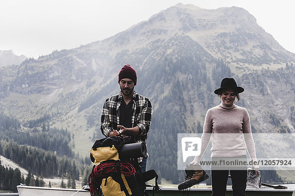 Österreich  Tirol  Alpen  Paar mit Rucksack und Wanderschuhen in alpiner Landschaft