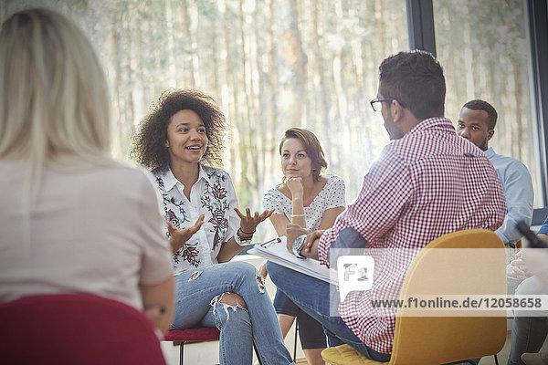 Frau im Gespräch in der Gruppentherapie