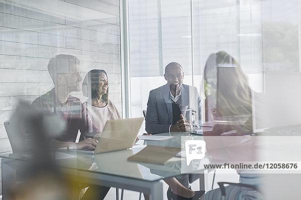 Geschäftsleute im Gespräch  Planung in Konferenzraumbesprechung