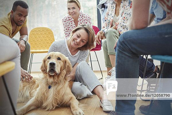 Frau Streichelhund in der Gruppentherapie