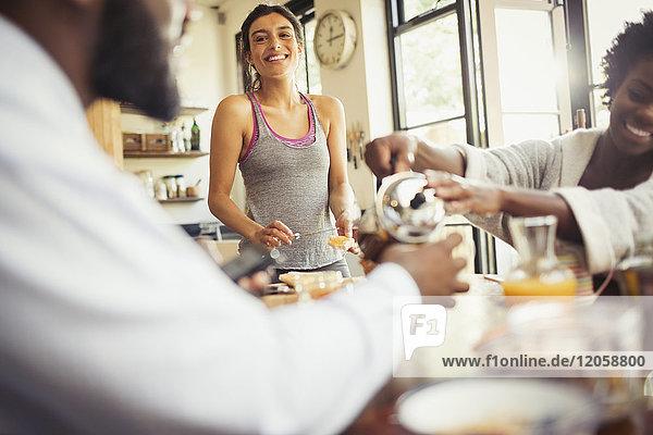 Freundliche Mitbewohner beim Frühstück am Tisch