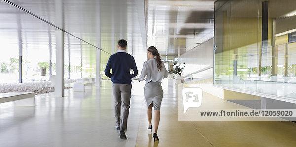 Geschäftsmann und Geschäftsfrau auf dem modernen Büroflur