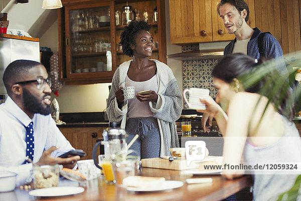 Freundliche Mitbewohner beim Frühstück in der Küche