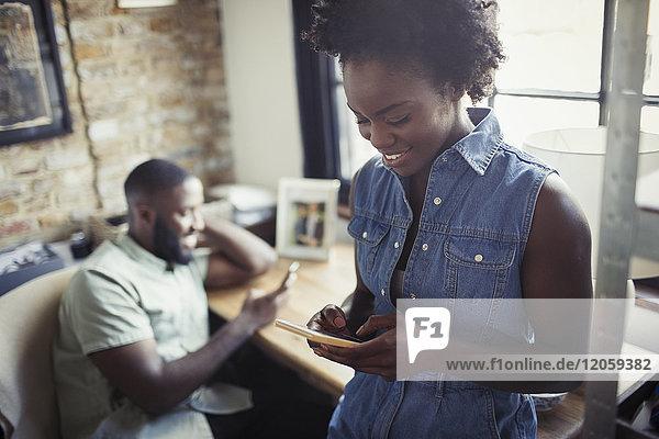 Frau SMS mit Smartphone
