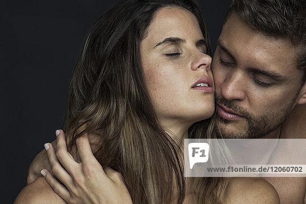 Leidenschaftliches Paar Wange an Wange mit geschlossenen Augen