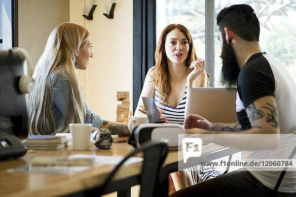 Kollegen beim gemeinsamen Gespräch im Büro