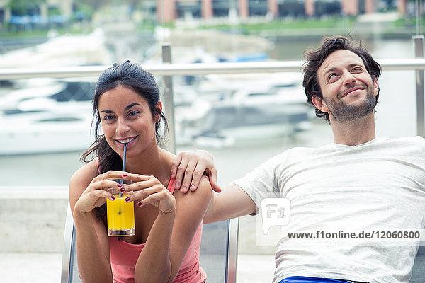 Paar auf der Terrasse entspannen  Frau trinkt Saft