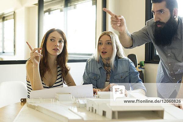 Architekten diskutieren über das Projekt