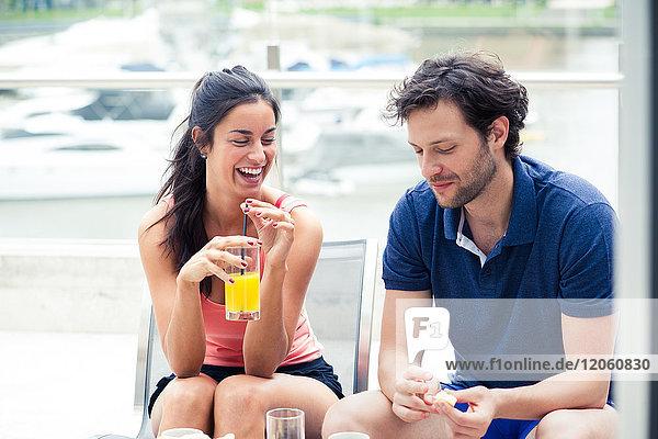 Paar beim gemeinsamen Frühstück im Freien